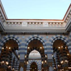 1280px-Inside_Masjid.e.Nabavi_-_panoramio